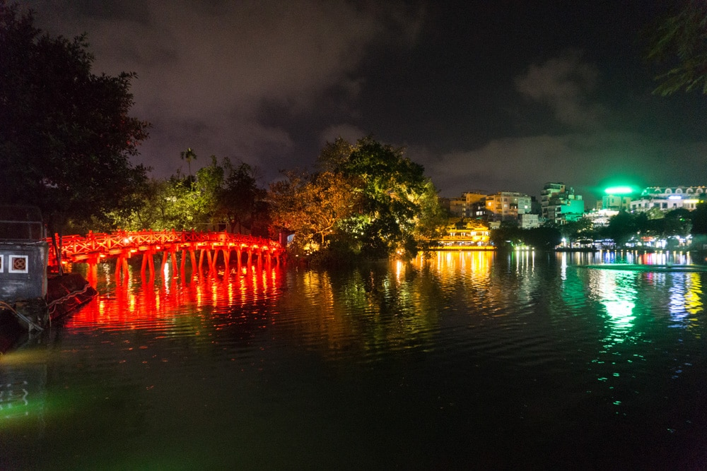 Hoàn Kiếm Lake at night